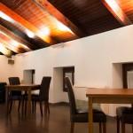 Sala Lounge en Casa Blava con mesas para 2